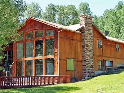 Picture of the Red Creek Lodge (links to the lodge's page)