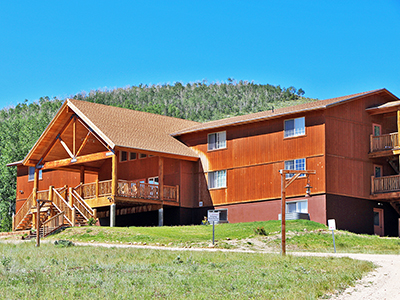 Picture of the Tabby Mountain Lodge (links to the lodge's page)