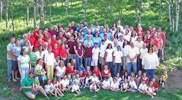 Picture of a large family group (links to family group rates)